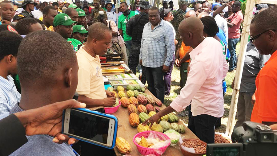 1 President visits Cocoa Stand.jpg